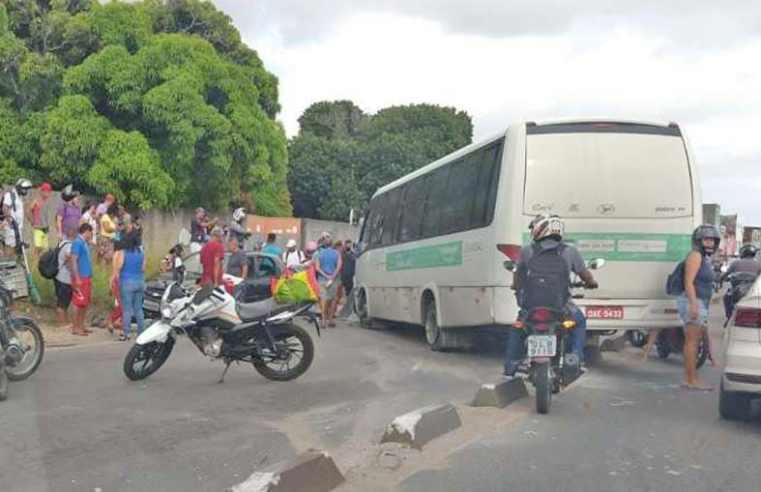 Vídeo: Acidente entre micro-ônibus carro e motos deixa 4 feridos em Maceió