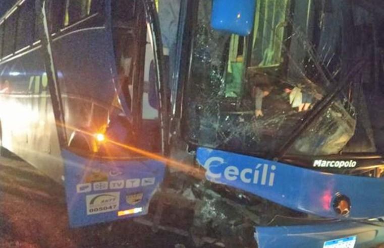 SC: Colisão entre carro e ônibus rodoviário deixa feridos em Quilombo