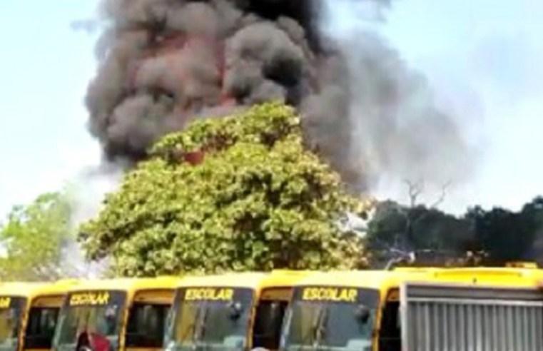 Vídeo: Garagem de ônibus escolar da  prefeitura de Juazeiro do Norte pega fogo