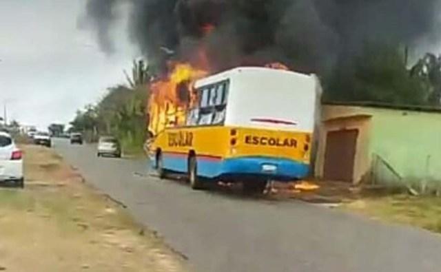 Vídeo: Micro-ônibus escolar pega fogo na estrada do Panaquatira em São José do Ribamar - revistadoonibus