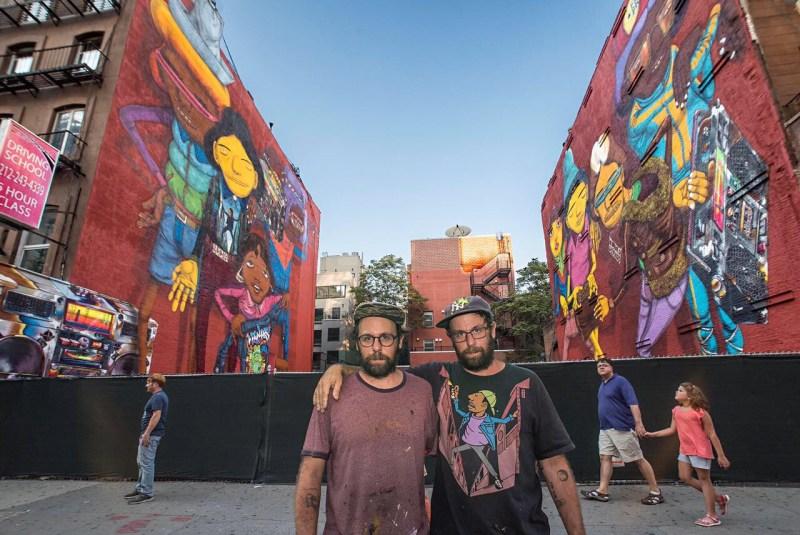OSGEMEOS Retrato dos artistas diante da obra 14th Street NY, 2017 Nova York, Estados Unidos