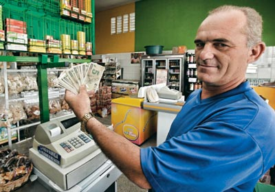 O comerciante Francisco Aguiar, em seu mercado, em Maracanaú, Ceará. Ele dá desconto para quem usa maracanãs
