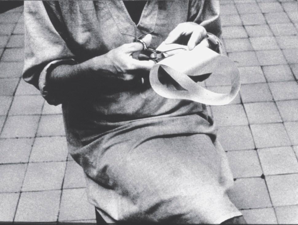 "Lygia Clark en la hechura de Caminhando (Walking), 1963. Cortesía Associação Cultural ""O Mundo de Lygia Clark,"" Rio de Janeiro."