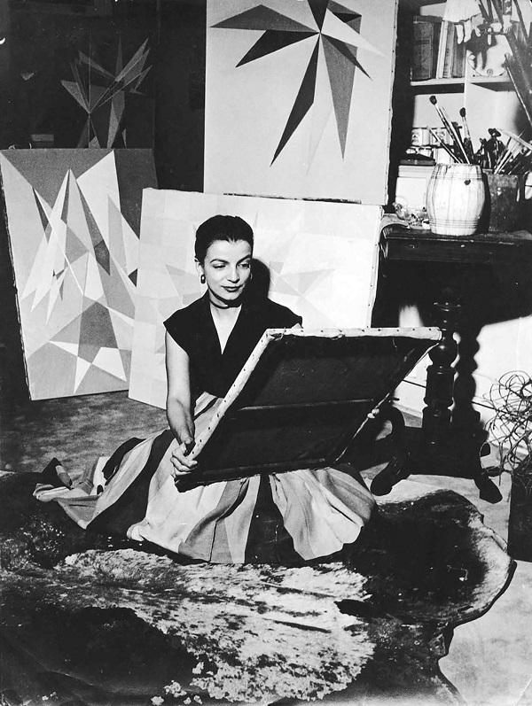 """Lygia Clark (Brasilera, 1920–1988) en su estudio, Río de Janeiro, c. 1950s. Cortesía Associação Cultural """"O Mundo de Lygia Clark,"""" Río de Janeiro"""