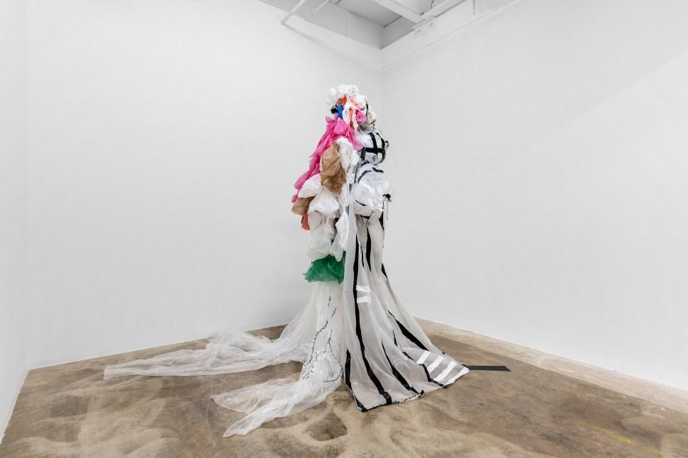 Pepe López. Impermeable, 2018. Bolsas de polietileno planchadas y cosidas. Exposición Root/Route, Dot fiftyone Gallery, Miami. Fotografía: Zachary Balbi