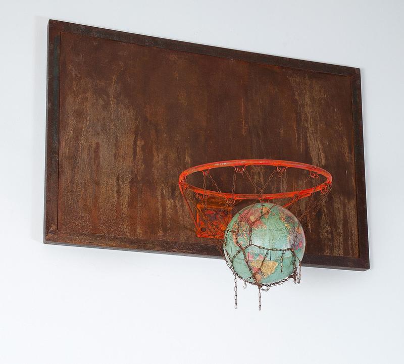 Ricardo Benaim. Se acabó el Juego. Aro de Basket y Mapa Mundi.