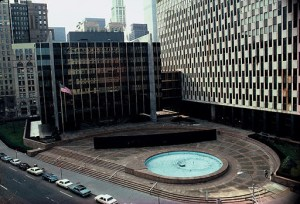26. Tilted Arc. Arco inclinado. 1981. Plaza Federal. NYC.