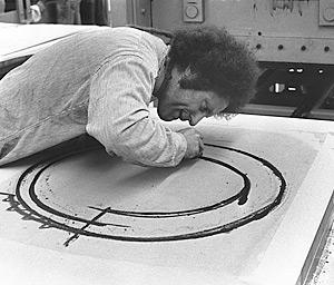 29. Richard Serra trabajando en sus dibujos