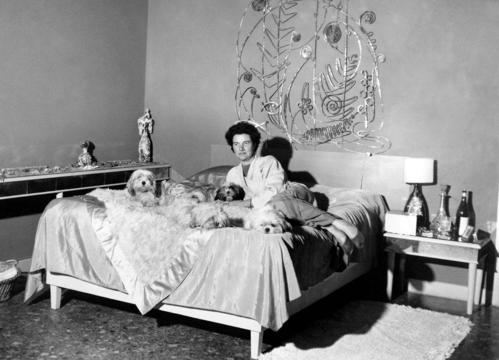PG en su cama con el tope en plata de Calder