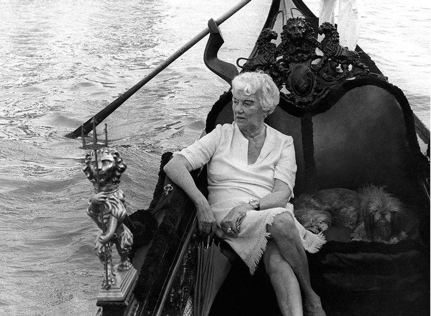 Peggy Guggenheim en su góndola-privada Foto Solomon Guggenheim Foundation