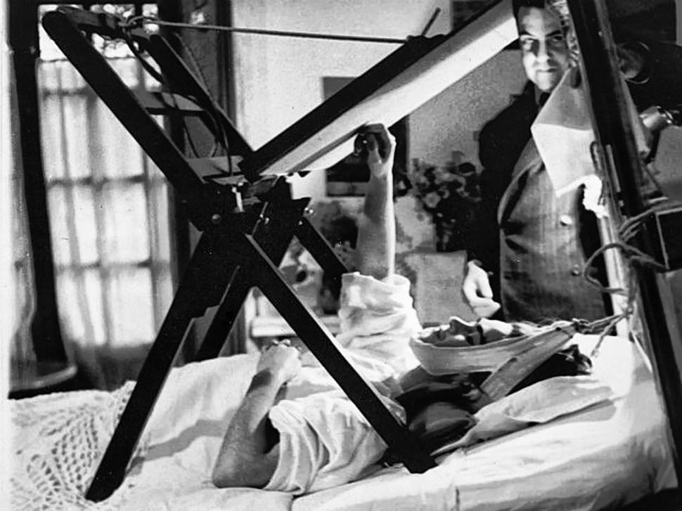 Frida Khalo en su lecho pintando