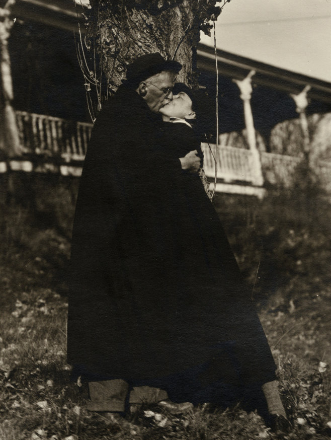 Alfred Stieglitz y Georgia O´Keeffe besándose 1929
