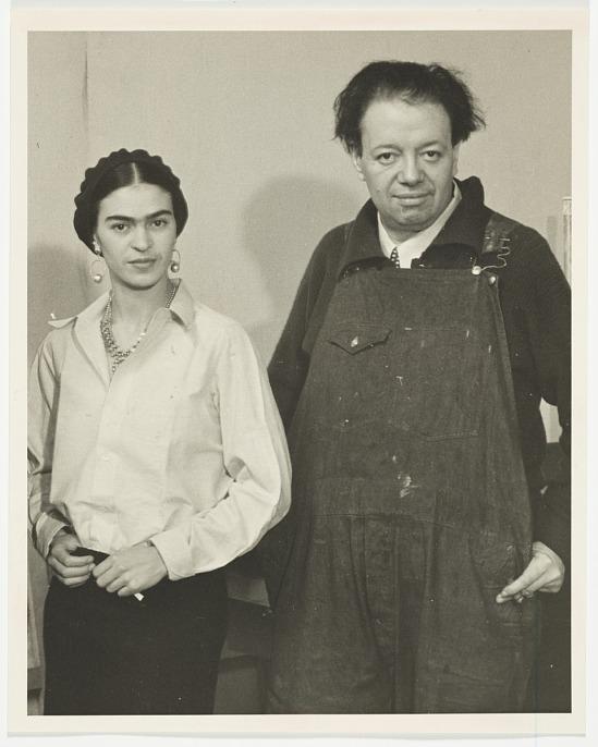 Foto de Frida Kahlo y Diego Rivera trabajando en el hotel reforma de CDMX, circa 1933. Albert Kahn papers.
