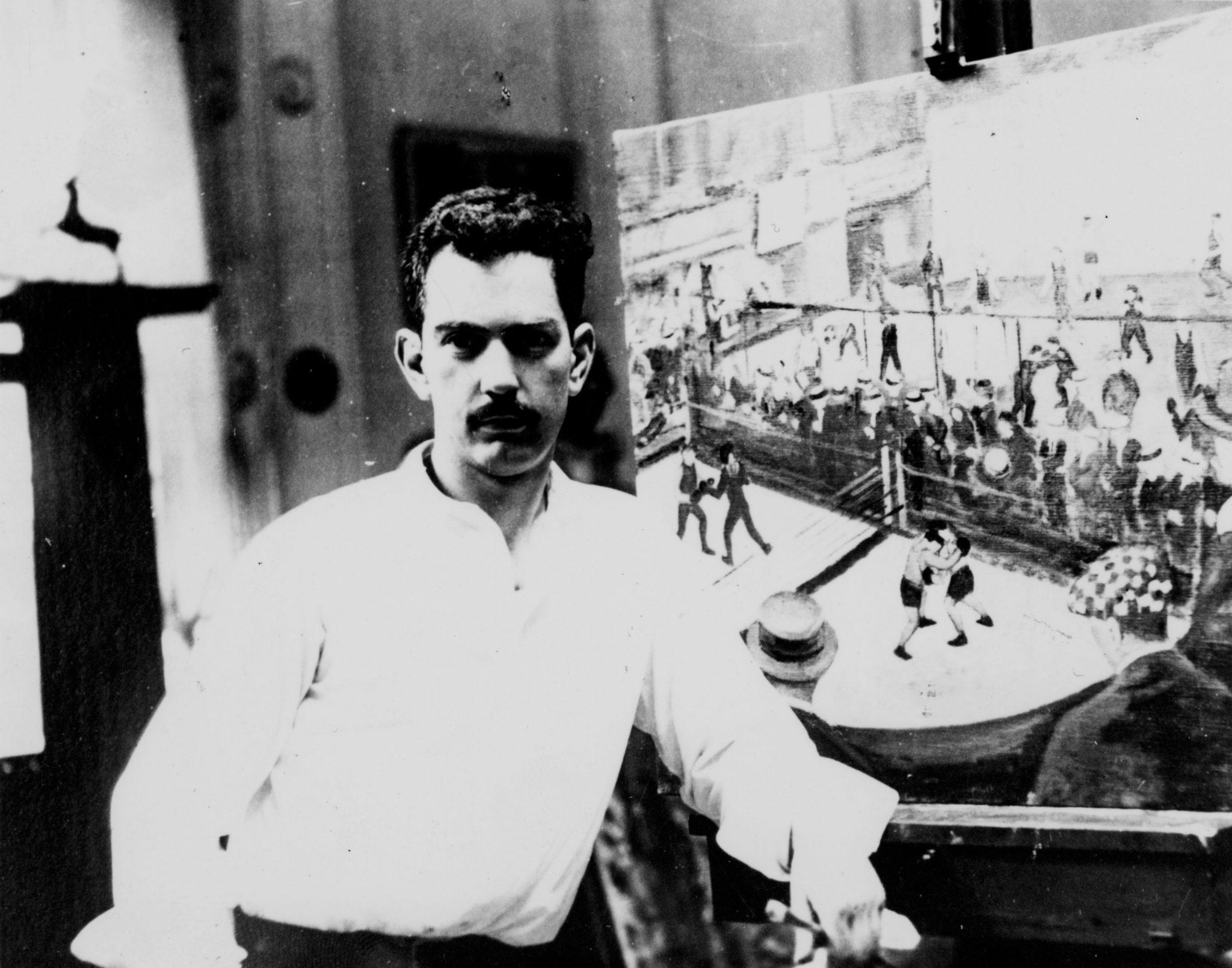 Calder fotografiado en frente de su pintura 1924.