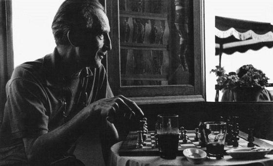 Marcel Duchamp. Jugando al ajedrez en Cadaques 1964.