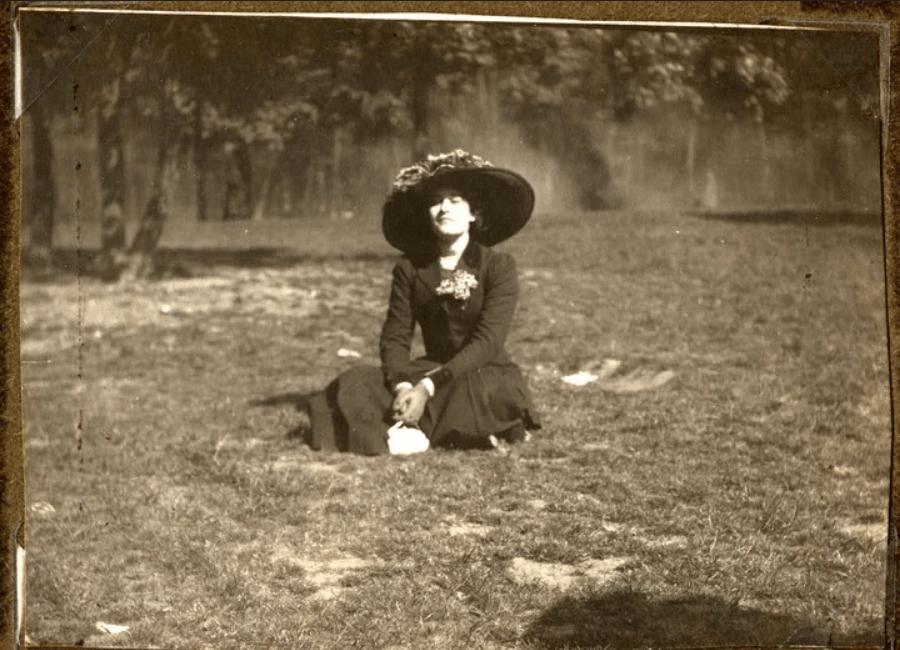 Victoria Ocampo en los jardines de la casa de Beccar, Villa Ocampo.