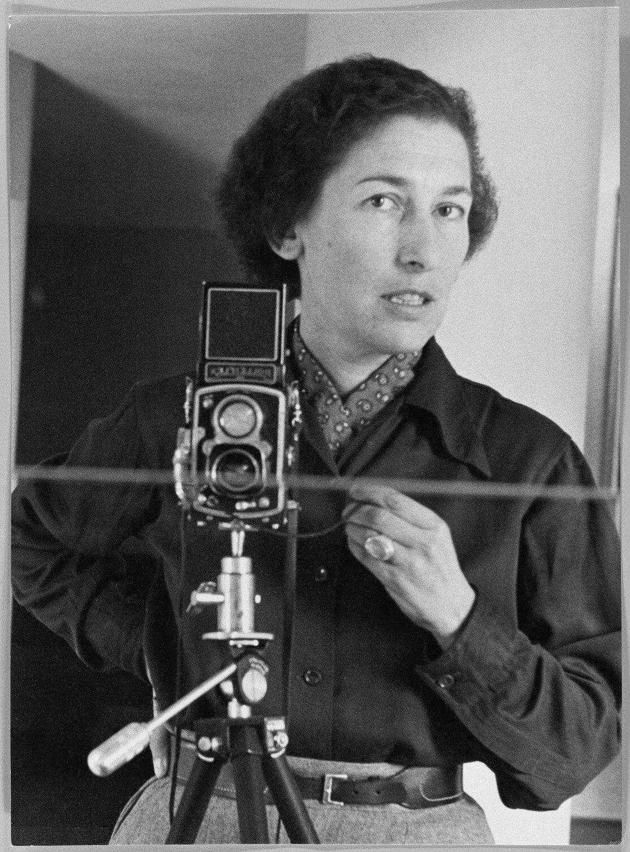 Gisele Freund fue ayudada por Victoria Ocampo. Luego a pedido de Victoria le hizo las últimas fotos a Virginia Woolf antes de su suicidio. Autorretrato 1952.