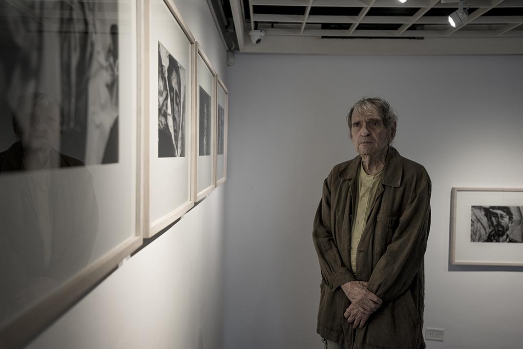 Rafael Cadenas en la galería 3yTres, 2019. Foto Vasco Szinetar.