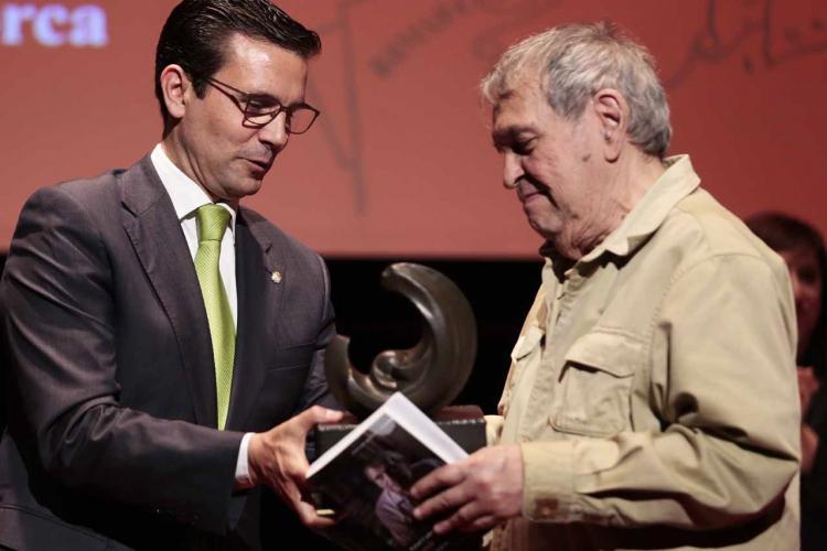 Rafael Cadenas recibe el Premio Ciudad de Granada Federico García Lorca de manos del Alcalde de Granada