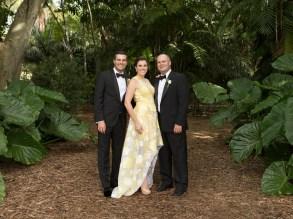 El novio junto a sus hermanos Beatriz y Henry Torbay