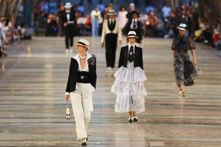 Sombreros, perlas, pantalones y vestidos con vuelos el ADN Chanel