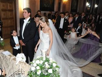 Isabella y Sergio frente al altar