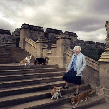 Isabel II de Inglaterra consciente de su rol y de saber elegir un traje. En su juventud los destacaba su silueta, en su madurez destilaba poder; y ahora en su vejez busca comodidad