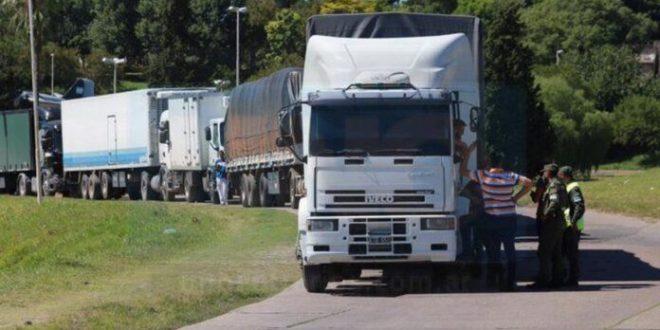 Hartos de que les saquen plata, los transportistas de carga van al paro.