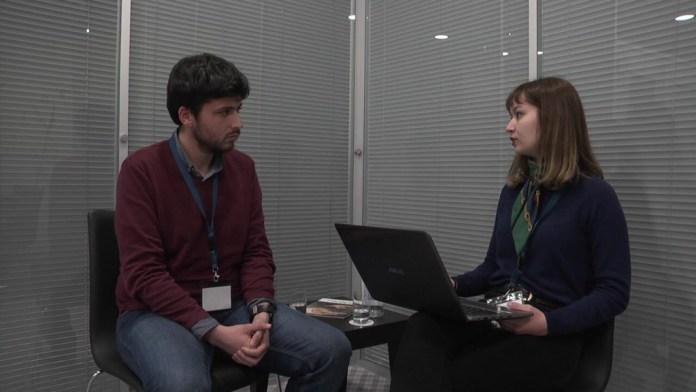 Colaboradora Carolina dos Santos a entrevistar o Dr. Fábio Borges