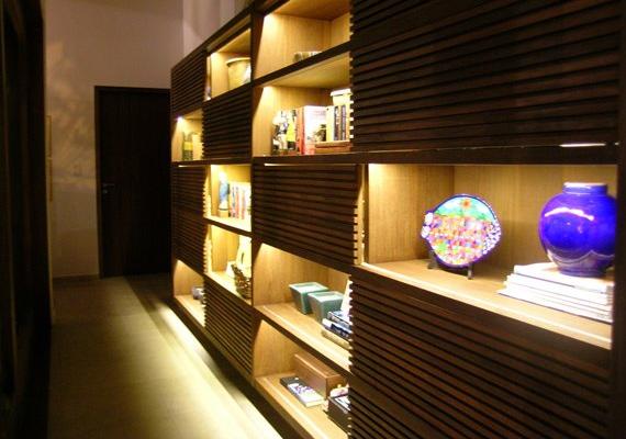Estante mescla decoração com livros, objetos decorativos e uma boa iluminação. (Foto: Elaine Faustino)
