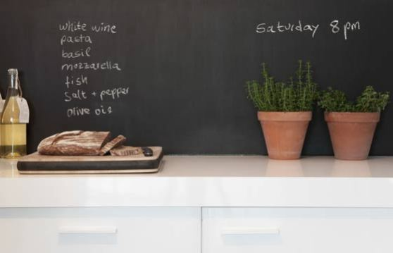 Tinta lousa é bastante utilizada na cozinha para anotar receitas, cardápios e recados da casa (Foto: Shutterstock)