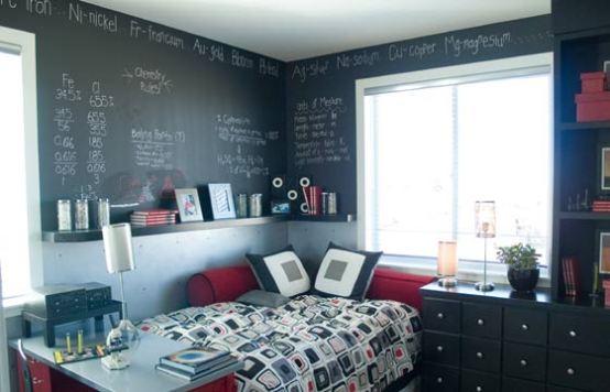 Parte da parede do quarto pode ser pintada com a tinta lousa para ajudar nos estudos (Foto: Shutterstock)