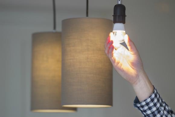 Troque a lâmpada convencional pela de LED e ganhe em economia
