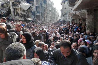 """O campo de refugiados de Yarmouk, em Damasco, retratado acima em uma foto de 2014, foi descrito como um """"inferno vivo"""" e o"""" pior lugar da Terra """". Crédito: Agência de Ajuda e Trabalho das Nações Unidas / Getty Images/Vox."""