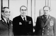 O general tira foto com o secretário-geral do Partido Comunista da União Soviética - Leonid Brezhnev (meio) e o marechal Dmitriy Ustinov. Crédito: english.vietnamnet.vn