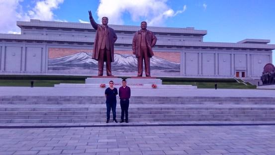 Lucas Rubio e Lenan Cunha nas Estátuas da Colina Mansu, um dos maiores cartões postais da Coreia do Norte. Crédito: arquivo pessoal.