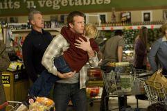 "Thomas Jane e Nathan Gamble em ""O Nevoeiro"". Crédito: IMDb."