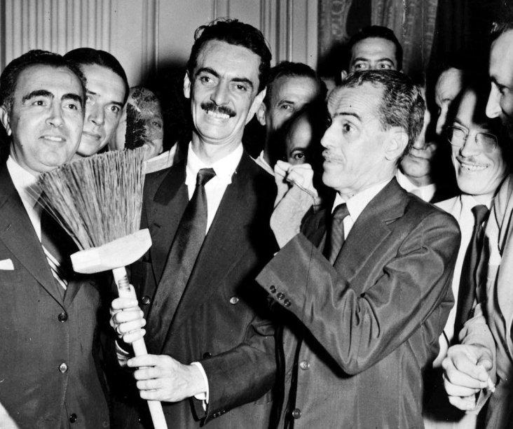 O ex-presidente Jânio Quadros segura uma vassoura, símbolo de sua campanha para acabar com a corrupção. Crédito: material de divulgação da campanha de Jânio Quadros.