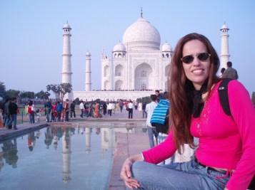 A jornalista Florência Costa em frente ao Taj Mahal em Angra, Índia. Crédito: http://podereconomico.ig.com.br