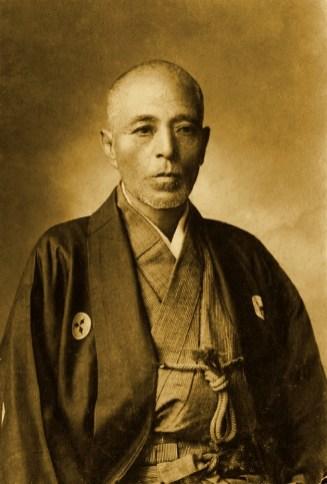 Hajime Saito na vida real. Crédito: Minoru Nakakuro/Wikipedia.