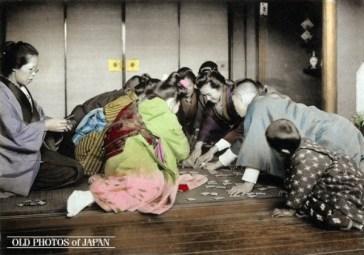 Cenas da Era Meiji - Karuta ainda é um jogo de cartas tradicional de Ano Novo, embora cada vez menos pessoas o joguem. Crédito: Kozaburo Tamamura/ All about Japan/ Old Photos of Japan.