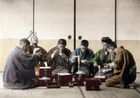 Cenas da Era Meiji - o Toshikoshi soba, macarrão extra-longo com trigo sarraceno, é tradicionalmente consumido à meia-noite na véspera de Ano Novo. Crédito: Kozaburo Tamamura/ All about Japan/ Old Photos of Japan.