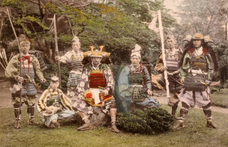 Os samurais primeiramente foram servidorescivis do império japonês, com as funções de cobrador de impostos e administrador de terras. Porém, no período do Japão feudal ganharam funções militares, tornando-se soldados da aristocracia imperial, no período de 930 à 1877. Crédito: Guff.