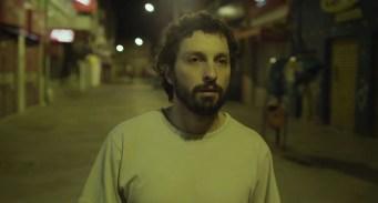 "Cena de ""Desvios"" (2016) - Daniel (Rafael Mentges). Crédito: Felipe Rosa/Skyline_Ausgang_Cinex"