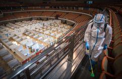 Um voluntário desinfeta um hospital improvisado em Wuhan, província de Hubei, no centro da China, em 8 de março de 2020. O hospital improvisado convertido de um local esportivo foi fechado depois que seu último lote de pacientes curados com COVID-19 tiveram alta. Crédito: Xiao Yijiu/Xinhua.