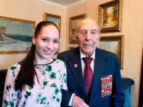 A produtora da TV BRICS Anastasia Shkitina e o veterano Konstantin Mikhailovitch Sharov que esteve na Batalha de Stalingrado. Crédito: BRICS: Mundo das Tradições.