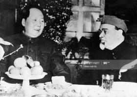 Mao Tsé-Tung recebe o diplomata indiano Kavalam Madhava Panikkar. Crédito: Ullstein bild via Getty Images)