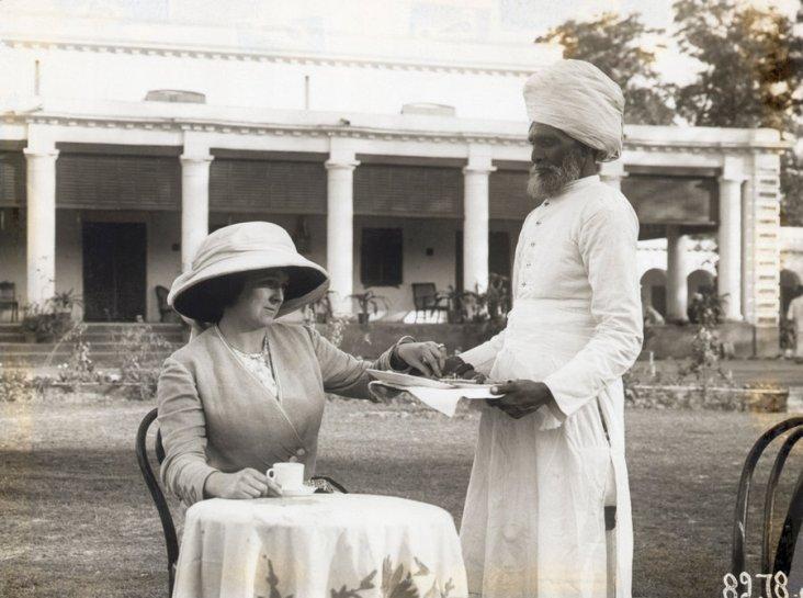 Serviçal hindu serve chá a uma senhora britânica, início do século XX. Crédito: https://ensinarhistoriajoelza.com.br/imperio-britanico-livros-didaticos/