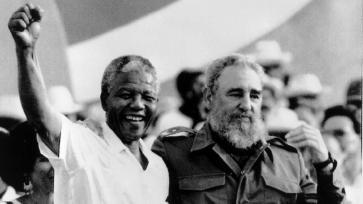 Com Nelson Mandela, a quem Fidel Castro foi aliado estratégico na luta contra o Apartheid. Crédito: https://qz.com/