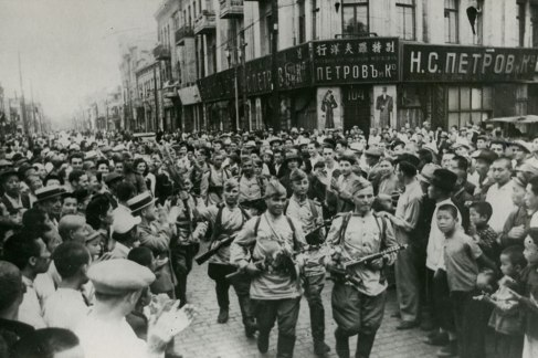 Tropas soviética na cidade de Harbin, Manchúria, China, ao final da Segunda Guerra Mundial. A cidade de Harbin tinha e ainda mantém grande influência cultural russa, desde o século XIX quando uma imigração de russos ocorreu para a cidade. Crédito: https://thesanghakommune.org/